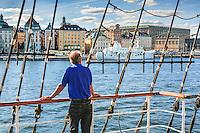 Man blickar över Stockholms ström från däcket på segelfartyget af Chapman vis Skeppsholmen i Stockholm.