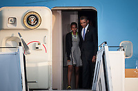 Berlin, der US-amerikanische Praesident Barack Obama und seine Tochter Sasha am Dienstag (18.06.13) am Flughafen Tegel bei der Ankunft in Berlin vor einem Flugzeug der US-Airforce. Foto: Maja Hitij/CommonLens
