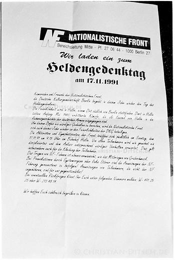 Flugblatt der Nationalistischen Front (NF) zum Aufmarsch in Halbe 1991.<br /> Alt- und Neonazis demonstrieren am Volkstrauertag.<br /> Mehr als 1000 Alt- und Neonazis aus ganz Europa demonstrierten anlaesslich des Volkstrauertag  am 17. November 1999 auf dem Waldfriedhof der kleinen brandenburgischen Ortschaft Halbe. Sie gedachten mit dieser Demonstration den 1945 in einer Kesselschlacht ums Leben gekommenen SS- und Wehrmachtssoldaten.<br /> Vom 24. April 1945 bis 1. Mai 1945 fand in der Gegend um den Brandenburgischen Ort eine der letzten grossen Schlachten der Wehrmacht gegen die Rote Armee statt.<br /> Der Wehrmachtsgeneral Theodor Busse (9. Armee) lehnte ein Kapitulationsangebot der Roten Armee ab. In den W&auml;ldern um Halbe starben innerhalb dieser einen Woche insgesammt ueber 60.000 Menschen.<br /> Auf dem Waldfriedhof Halbe wurden ueber 23.000 Kriegsopfer beerdigt. Ebenfalls auf dem Waldfriedhof begraben sind unzaehlige ermordete russische Zwangsarbeiterinnen und Zwangsarbeiter, sowie ca. 4.500 Tote aus den NKWD Lager Ketschendorf.<br /> Acht Jahre spaeter, am 17. November 1999 fand der letzte genehmigte Aufmarsch von Neonazis auf den Graebern statt.<br /> 17.11.1991, Halbe/Brandenburg<br /> Copyright: Christian-Ditsch.de<br /> [Inhaltsveraendernde Manipulation des Fotos nur nach ausdruecklicher Genehmigung des Fotografen. Vereinbarungen ueber Abtretung von Persoenlichkeitsrechten/Model Release der abgebildeten Person/Personen liegen nicht vor. NO MODEL RELEASE! Nur fuer Redaktionelle Zwecke. Don't publish without copyright Christian-Ditsch.de, Veroeffentlichung nur mit Fotografennennung, sowie gegen Honorar, MwSt. und Beleg. Konto: I N G - D i B a, IBAN DE58500105175400192269, BIC INGDDEFFXXX, Kontakt: post@christian-ditsch.de<br /> Bei der Bearbeitung der Dateiinformationen darf die Urheberkennzeichnung in den EXIF- und  IPTC-Daten nicht entfernt werden, diese sind in digitalen Medien nach &sect;95c UrhG rechtlich geschuetzt. Der Urhebervermerk wird gemae