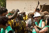 CURITIBA, PR, 10 DE JANEIRO DE 2013 - RESULTADO  UFPR - A Universidade Federal do Paraná (UFPR) divulgou na tarde de quinta-feira (10) o resultado do Vestibular 2012. Milhares de pessoas acompanharam a divulgação no Setor Agrárias onde os calouros foram recebidos com o tradicional banho de lama. (FOTO: ROBERTO DZIURA JR./ BRAZIL PHOTO PRESS)