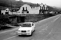 BOSNIA-HERZEGOVINA, Belgrade-Sarajevo Road, 03/2003..Lanscape pictures taken from the bus between Belgrad and Sarajevo. .Mercedes car in streets of the village of Nova Kasaba, ex muslim enclave. In the background, houses destroyed during the war.  .BOSNIE-HERZEGONVINE, Route Belgrade-Sarajevo, 03/2003..Photo prise depuis le bus qui relie Belgrade à Sarajevo. Une Mercedes dans les rues du village de Nova Kasaba, ancienne enclave musulmane. En arrière plan, des maisons détruites pendant la guerre..© Bruno Cogez / Est&Ost Photography
