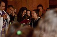 RIO DE JANEIRO, RJ, 08.07.2019 - VELORIO-JOÃO GILBERTO -  A Filha mais nova Luisa Carolina durante as utimas homenagens no veclório no Theatro Municipal do músicoJoão Gilberto, na manhã desta segunda-feira(8).O músico morreu em cas, neste sábado(6), aos 88 ano. João Gilberto foi um dos criadores da bossa nova e enfrentava problemas de saúde havia alguns anos.Cinelândia, regiao central do Rio de Janeiro Rio de Janeiro ( Foto: Vanessa Ataliba/Brazil Photo Press/Folhapress)