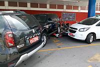 SÃO PAULO, SP, 01.04.2019: ACIDENTE -SP - Motorista passa mal e perde a direção de um carro importado nesta segunda-feira (01), no estacionamento do hipermercado Extra no Morumbi, zona sul de São Paulo, e atinge carros e motos. Não informação de vitimas.  (Foto: Luiz Claudio Barbosa/Código19)