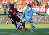 MEDELLIN - COLOMBIA -06 -02-2016: Juan Caicedo (Izq.) jugador de Deportivo Independiente Medellin disputa el balón con Andres Correa (Der.) jugador de Atletico Junior durante partido entre Deportivo Independiente Medellin y Atletico Nacional por la fecha 2 de la Liga Aguila I 2016, en el estadio Atanasio Girardot de la ciudad de Medellin. / Juan Caicedo (R) player of Deportivo Independiente Medellin fights for the ball with Andres Correa (L) player of Atletico Junior during a match between Deportivo Independiente Medellin and Atletico Junior for the date 2 of the Liga Aguila 1I 2016 at the Atanasio Girardot stadium in Medellin city. Photos: VizzorImage  / Leon Monsalve / Cont.