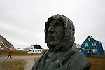 A l entree de la Baie du Roi, la communaute de Ny Alesund  est l une des plus septentrionale au monde. Cette ancienne exploitation miniere de charbon a ete reconvertie en station scientifique. Plus d'une centaine de scientifiques  travaillent sur des projets de recherches portant sur le climat et l'atmosphere. Mais aussi sur des questions de geophysique et de biologie marine.