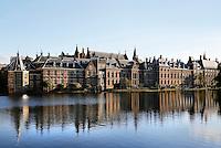 Nederland Den Haag 2015 09 27. De Hofvijver bij het Binnenhof. Links het Torentje