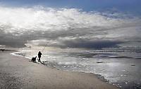 Nederland - Camperduin - 2019 . Lagune tussen Camperduin en Hargen. De kustlijn werd lange tijd gedomineerd door de Hondsbossche Zeewering; een 5,5 km lange verharde dijk die het land beschermde tegen de zee. In 2015 ging het gebied geheel op de schop. Het strand- en de duinstrook is verbreed ter grootte van driehonderd voetbalvelden. Visser op het strand.  Foto Berlinda van Dam / Hollandse Hoogte