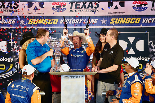 Scott Dixon, Chip Ganassi Racing Honda celebrates the win in victory lane with six guns