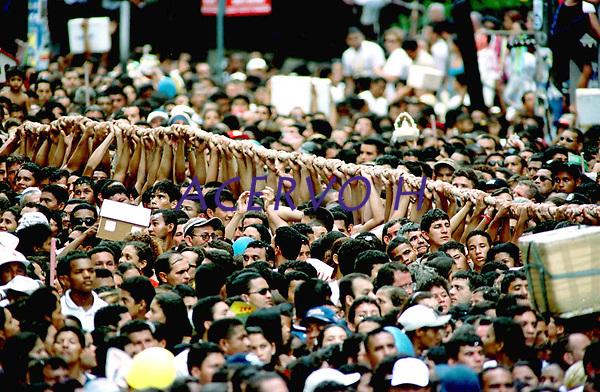 Promesseiros carregam a corda em pagamento as promessas feitas a Nossa Senhora de Nazar&eacute; no decorrer da prociss&atilde;o que ocorre a mais de 200 anos em Bel&eacute;m. As estimativas s&atilde;o de mais de 1.500.000 pessoas acompanhem &agrave; prociss&atilde;o.<br />08/10/2000<br />&copy;Foto: Paulo Santos/Interfoto.