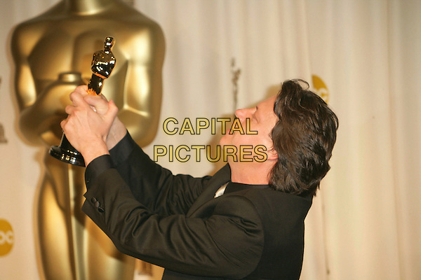 GAVIN HOOD .The 78th Annual Academy Awards - Press Room, held at the Kodak Theatre, Los Angeles, California, USA, .5th March 2006..oscars half length  funny holding oscar.Ref: ADM/RE.www.capitalpictures.com.sales@capitalpictures.com.©Russ Elliot/AdMedia/Capital Pictures.