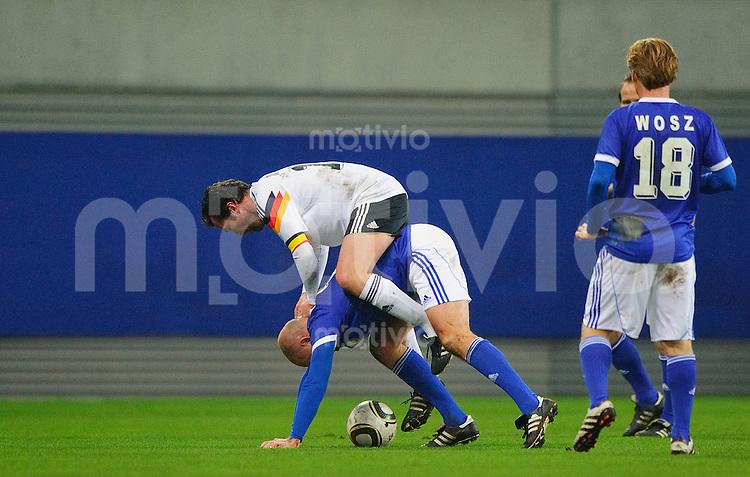 Fussball 20 Jahre Fussball-Einheit Jubilaeumsspiel Weltmeister 1990 - DFV-Legenden V.l.: Lothar MATTHAEUS (DFB) auf dem Ruecken von Uwe ROESLER (DFV), Darius WOSZ (DFV).