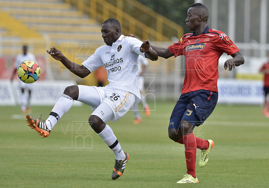BOGOTÁ -COLOMBIA-06-09-2014. Dairin Gonzalez (Izq) jugador de Fortaleza FC disputa el balón con Yorleys Mena Palacios (Der) jugador de Independiente Medellin por la fecha 8 de la Liga Postobón II 2014 jugado en el estadio Metropolitano de Techo en Bogotá./ Dairin Gonzalez (L) player of Fortaleza FC fights the ball with Yorleys Mena Palacios (R) player of Independiente Medellin for the 8th date of Postobon League II 2014 played at Metropolitano de Techo stadium in Bogota. Photo: VizzorImage / Gabriel Aponte / Staff