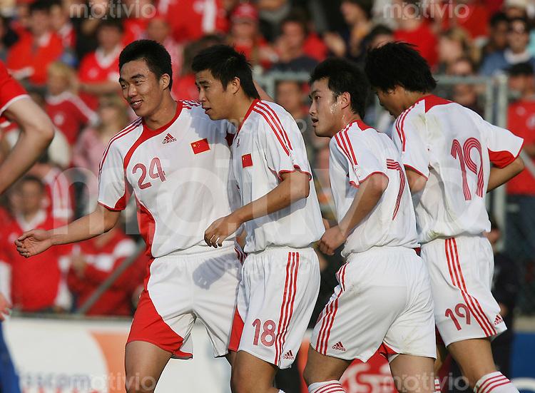 FussballInternational WM 2006 Testspiel Schweiz 4-1 China CHI Freude ueber den Treffer zum4-1 ; Zhao Xuri, Torschuetze Dong Fangzhuo, Yan Song und Shi Jun (v.li.)