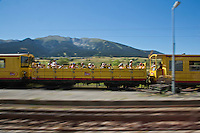 Europe/France/Languedoc-Roussillon/66/Pyrénées-Orientales/Cerdagne:Mont-Louis: le Train jaune de Cerdagne appelé le Train Jaune ou le Canari, car les véhicules arborent les couleurs catalanes, le jaune et le rouge. En fond le  sommet du Cambre d'Aze (2750m) - voiture  panoramique  découverte