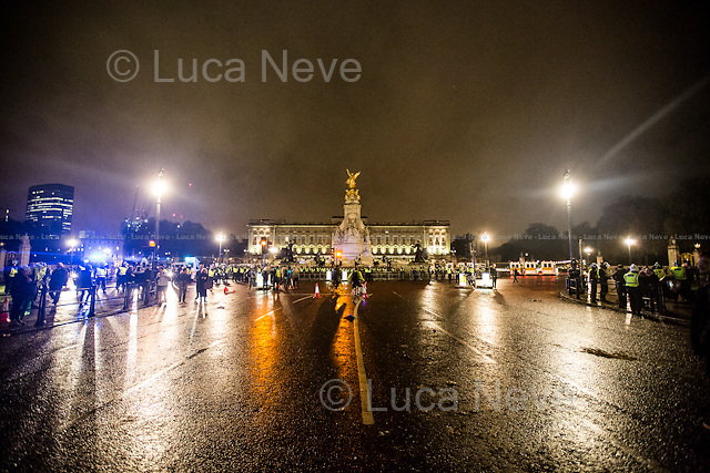 Buckingham Palace.<br /> <br /> London, 05/11/2015. Thousands of protesters gathered this evening in central London to take part in a demonstration called the &quot;Million Mask March&quot;, which is organised annually by Anonymous, and held globally in more than 400 cities planned to coincide with Guy Fawkes Night (The Gunpowder Plot of 1605). The aim of the demo was to highlight social injustice and Government corruption across the globe, but also to protect the environment, freedom of the internet, oppose mass surveillance and austerity. The rally started in Trafalgar Square, and then the protesters marched on Whitehall, gathering in Parliament Square. Around 7:00pm, a large group marched towards Great George street where clashes erupted with police officers in full riot gears, supported by police dogs and mounted police. Then, the demonstration carried on towards Victoria (where a police car was set on fire), Buckingham Palace and The Mall, to end in the Trafalgar Square area, where the police contained the last activists in &quot;kettles&quot; until around 11:30pm.<br /> <br /> For more information please click here: http://on.fb.me/1mcn5Z7