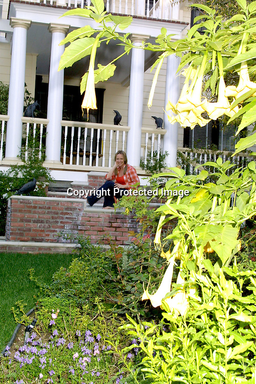 """©2003  KATHY HUTCHINS / HUTCHINS PHOTO.KARRI TURNER OF """"JAG"""".AT HOME.LOS ANGELES, CA.FEBRUARY 19 ,2003..SHE HAS DECORATED AND DONE A LOT OF THE WORK DECORATING THE HOME HERSELF, INCLUDING DESIGNING THE SPA/POOL AREA (VERY SMALL), AND SEWING HER CURTAINS...KARRI TURNER."""