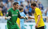 2. Oktober 2011: Muenchen, Allianz Arena: Fussball 2. Bundesliga, 10. Spieltag: TSV 1860 Muenchen - SG Dynamo Dresden: Dresdens Torwart Wolfgang Hesl (l) feuert sich mit David Solga an.
