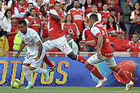 BOGOTÁ -COLOMBIA, 04-05-2014. Dairon Mosquera (C) de Independiente Santa Fe disputa el balón con Marlon Piedrahita (Izq) del Once Caldas durante partido de vuelta por los cuartos de final de la Liga Postobón  I 2014 jugado en el estadio Nemesio Camacho el Campín de la ciudad de Bogotá./ Independiente Santa Fe player Dairon Mosquera (C) fights for the ball with Once Caldas player Marlon Piedrahita (L) during second leg match for the quarterfinals of the Postobon League I 2014 played at Nemesio Camacho El Campin stadium in Bogotá city. Photo: VizzorImage/ Gabriel Aponte / Staff
