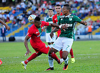 TULUA-COLOMBIA, 27-08-2016. Harold Preciado (Der) jugador del Deportivo Cali  disputa el balón con César Hinestroza (Izq) del Cortuluá  durante encuentro  por la fecha 10 de la Liga Aguila II 2016 disputado en el estadio12 de Octubre de Tuluá./ Harold Preciado (R) player of Deportivo Cali fights for the ball with Cesar Hinestroza (L) player of Cortulua during match for the date 10 of the Aguila League II 2016 played at 12 de Octubre stadium in Tulua. Photo:VizzorImage / Nelson Rios  / Cont
