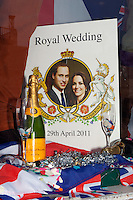 United Kingdom, London: Shop window display celebrating the Royal wedding | Grossbritannien, England, London: koenigliche Hochzeit, Plakat in einem Schaufenster in der Innenstadt