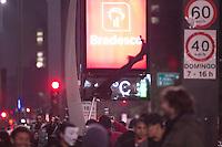 SÃO PAULO, SP - 26.07.2013: MANIFESTAÇÃO APOIO AO RIO - Membros integrantes de um grupo deniminado Black Block deixam um rastro de destruição na Av Paulista na noite dessa sexta-feira em São Paulo, a manifestação em apoio ao Rio de Janeiro que começou pacifica em poucos minutos ficou sem o controle de seus lideres. (Foto: Marcelo Brammer/Brazil Photo Press)