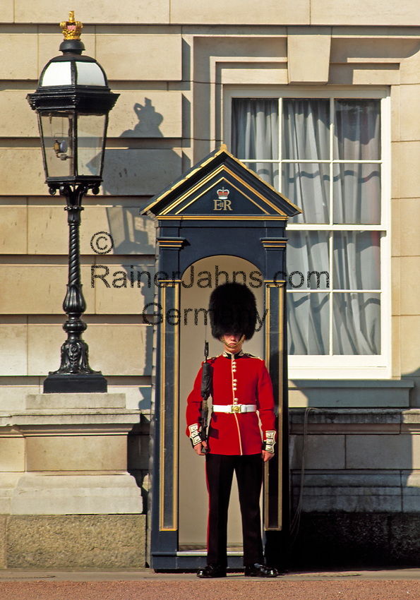 England, London: Wachposten vorm Buckingham Palace   United Kingdom, London: Guard at Buckingham Palace