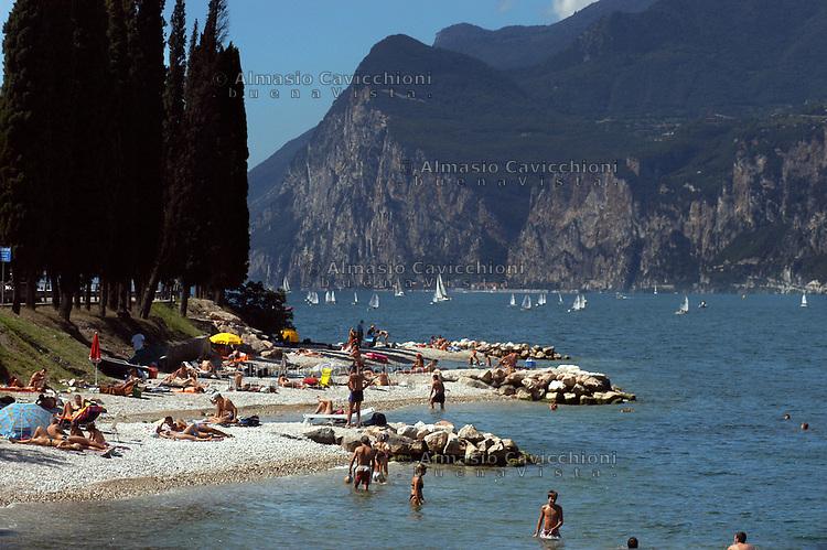 LAGO DI GARDA, spiaggia nel pressi di Torbole.GARDA LAKE, beach near Torbole