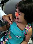 Luíza em exame de nasofibrolaringoscopia. São Paulo. 2008. Foto de Juca Martins.