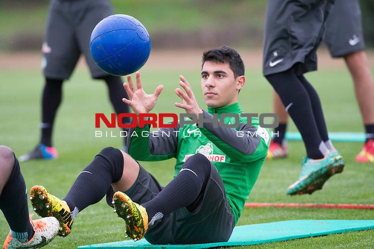 Trainingsgel&auml;nde, Jerez, ESP, 1.FBL, Trainingslager Werder Bremen 2014,  15.01.2014, <br /> <br /> &Ouml;zkan / Oezkan Yildirim (Bremen #32)<br /> Fitnesstraining<br /> Foto &copy; nordphoto/ Kokenge