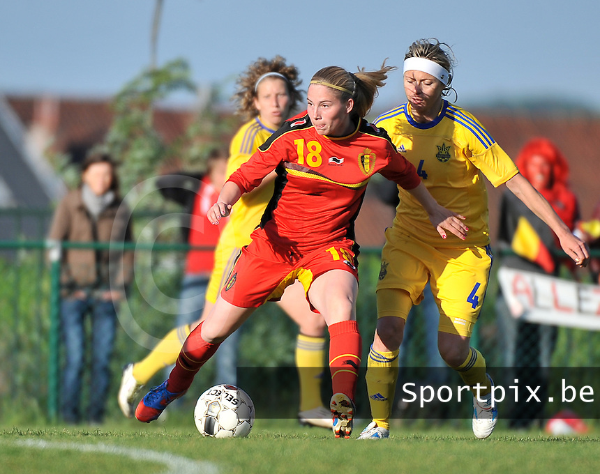 Belgium - Ukraine : Jana Coryn (18) aan de bal voor Valentyna Kotyk (4)<br /> foto DAVID CATRY / Nikonpro.be