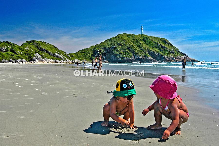 Crianças na praia de Fora na Ilha do Mel. Paraná. 2007. Foto de Renata Mello.