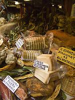 Italien, Umbrien, Orvieto: Verkauf regionaler Spezialitaeten in der Altstadt | Italy, Umbria, Orvieto: regional gastronomic specialties for sale