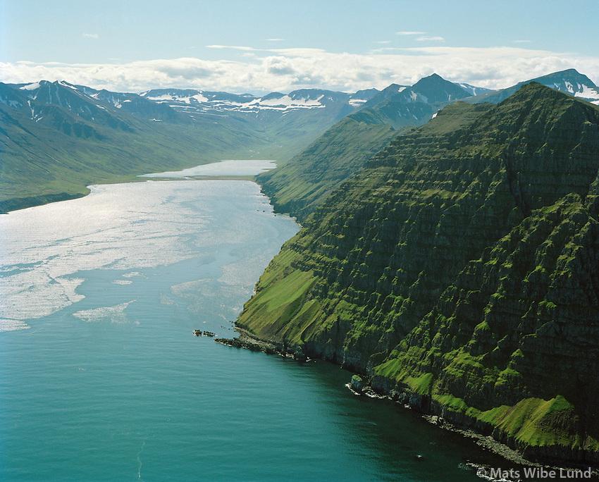 Hestfjall séð til suðvesturs inni: Héðinsfjörður.Syðri-Vík  t.v. Nú: Fjallabyggð áður Siglufjörður (sveitarfélagið) / Mount Hestfjall right viewing southwest into Hedinsfjordur. Sydri-Vik left in photo. Now: Fjallabyggd former Siglufjordur (county).