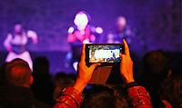 Besucher filmen mit dem Handy die Horrorshow im Burghof - Mühltal 03.11.2018: Halloween auf der Burg Frankenstein