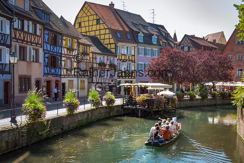 France, Alsace, Haut-Rhin, Colmar: Petite Venise (Little Venice) boat trip at river Lauch passing the fishmonger's district | Frankreich, Elsass, Haut-Rhin, Colmar: Petite Venise (Klein Venedig) Bootsrundfahrt auf dem Fluss Lauch entlang dem Fischerufer