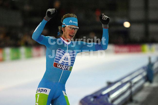 GRONINGEN - Schaatsen - NK Marathon dames en heren, Sportcentrum Kardinge, 04-01-2015 Jorrit Bergsma viert de zege