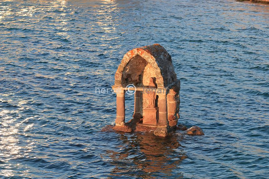 France, Côtes-d'Armor (22), Ploumanac'h, oratoire de Saint-Guirec sur la plage Saint-Guirec à marée haute // France, Cotes-d'Armor, Ploumanac'h, oratory of Saint-Guirec on the beach Saint-Guirec in high tide