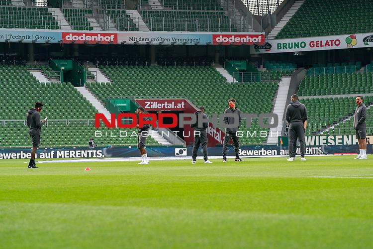 Spieler von Leverkusen vor dem Spiel auf dem Rasen <br /> <br /> Sport: Fussball: 1. Bundesliga: Saison 19/20: <br /> 26. Spieltag: SV Werder Bremen vs Bayer 04 Leverkusen, 18.05.2020<br /> <br /> Foto ©  gumzmedia / Nordphoto / Andreas Gumz / POOL <br /> <br /> Nur für journalistische Zwecke! Only for editorial use!<br />  DFL regulations prohibit any use of photographs as image sequences and/or quasi-video.