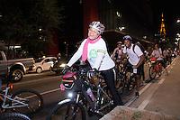 SÃO PAULO, SP - 05.06.2013: BICICLETADA NOTURNA ABERTURA DA 3 VIRADA USTENTÁVEL -  Participantes durante a Bicicletada de Abertura da Virada Sustentável, organizada pelo Bike Anjo em parceria com a Philips, essa pedalada noturna tem 11 km  de percurso, com saída do Centro Cultural São Paulo, passando pela praça do Ciclista na Paulista, Parque do Iberapuera e retornando ao Centro Cultural São Paulo. Esse evento marca o início das atividades da Virada Sustentável 2013. (Foto: Marcelo Brammer/Brazil Photo Press)
