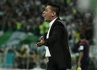 MEDELLÍN -COLOMBIA - 18-06-2017: Hector Cardenas técnico de Deportivo Cali  gesticula durante partido de vuelta con Atlético Nacional por la final de la Liga Águila I 2017 jugado en el estadio Atanasio Girardot de la ciudad de Medellín. / Hector Cardenas coach of Deportivo Cali  gestures during second leg match against Atletico Nacional for the final of the Aguila League I 2017 at Atanasio Girardot stadium in Medellin city. Photo: VizzorImage / Gabriel Aponte / Staff