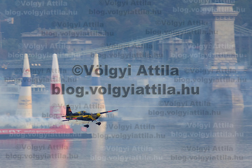 0708193881a Red Bull Air Race international air show qualifying runs over the river Danube, Budapest preceding the anniversary of Hungarian state foundation. Hungary. Sunday, 19. August 2007. ATTILA VOLGYI