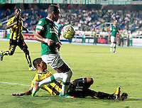 CALI -COLOMBIA-02-04-2014. Víctor Giraldo (Der) del Deportivo Cali disputa el balón con Felipe Álvarez (Izq) de Alianza Petrolera durante partido por la fecha 14 de la Liga Postobón I 2014 jugado en el estadio Pascual Guerrero de la ciudad de Cali./ Deportivo Cali player Victor Giraldo (R) fights for the ball with Alianza Petrolera player Felipe Alvarez (L) during match for the 14th date of Postobon League I 2014 played at Pascual Guerrero stadium in  Cali city. Photo: VizzorImage/ Juan C. Quintero /STR