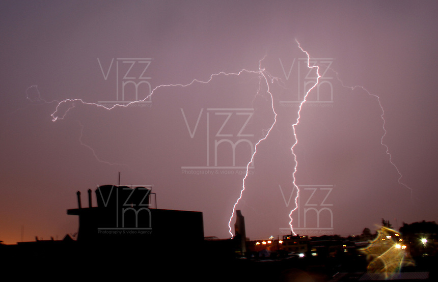 BOGOTA -COLOMBIA, 18-ABRIL-2015.  Relampagos en eloccidente de la capital  , durante el intenso invierno este fin de semana./ lightning in the west of the capital, during intense winter this weekend. Photo / VizzorImage / Felipe Caicedo  / Staff