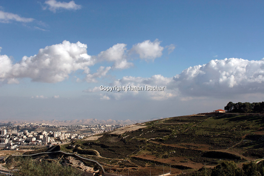 Israel, Jerusalem, A view from the eastern side on Mount Scopus, the slope of the Mount of Olives is on the right, the Palestinian neighborhood El Azzariya is on the left, Ma'ale Adumim behind it<br />