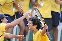 SÃO JOSÉ DO RIO PRETO, 15   DE SETEMBRO DE 2012 - ESPORTES - TÊNIS - COPA DAVIS 2012 - BRASIL X RÚSSIA - Marcelo Melo comemora com Técnico Jõao Zwetsch após vitória  Durante patida entre a equipe da RÚSSIA, válida pelo playoff do grupo mundial da copa Davis, no Harmonia tênis clube, neste sábado (15)  as 15hs na cidade de São José do Rio Preto, no interior do estado de SÃO PAULO. FOTOS: DORIVAL ROSA/ AG BRAZIL PHOTO PRESS