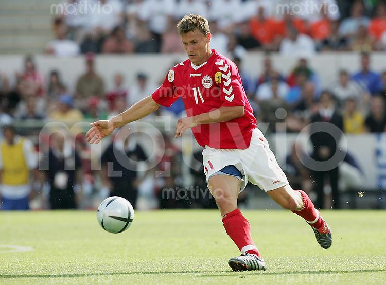 Fussball INTERNATIONAL EURO 2004 Daenemark - Italien Ebbe Sand (DEN)