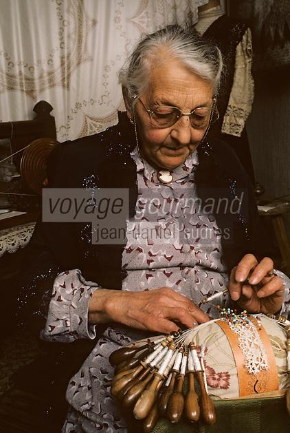 Europe/France/Auverne/63/Puy-de-Dôme/Arlanc: Dentellière<br /> PHOTO D'ARCHIVES // ARCHIVAL IMAGES<br /> FRANCE 1980