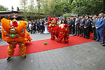 Foto: VidiPhoto<br /> <br /> RHENEN &ndash; In aanwezigheid van Chinese en Nederlandse hoogwaardigheidsbekleders, onder wie oud-premier J. P. Balkenende, hebben de Chinese ambassadeur Wu Ken en dierentuineigenaar Marcel Boekhoorn, dinsdag officieel het nieuwe reuzenpandaverblijf Pandasia (9000 vierkante meter) in Ouwehands Dierenpark in Rhenen geopend. Direct daarna mochten de twee panda&rsquo;s Xing Ya en Wu Wen hun nieuwe onderkomen verkennen. De dieren zijn op 12 april al gearriveerd maar verbleven tot dinsdag achter de schermen in quarantaine. Aan de komst van de panda&rsquo;s is zestien jaar voorbereiding aan vooraf gegaan. De bouw van Pandasia heeft 7 miljoen euro gekosten. De panda&rsquo;s blijven eigendom van de Chinese overheid. Ouwehands huurt ze voor 1 miljoen dollar per stuk per jaar. Bezoekers mogen de dieren vanaf woensdag alleen bezoeken met online tickets om parkeeroverlast te te grote drukte te voorkomen. Omdat er te weinig parkeerruimte is bij het park zijn buurgemeente niet blij met de komst van de panda&rsquo;s. Zij vrezen enorme verkeersoverlast. Foto: Dansritueel met Chiniese leeuwen aan het begin van de openingshandeling