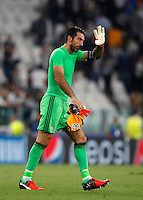 Calcio, Champions League: Juventus vs Siviglia: Torino, Juventus Stadium, 14 settembre 2016. <br /> Juventus&rsquo; goalkeeper Gianluigi Buffon waves to fans at the end of the Champions League Group H football match between Juventus and Sevilla at Turin's Juventus Stadium, 16 September 2016. The game ended 0-0.<br /> UPDATE IMAGES PRESS/Isabella Bonotto