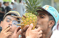 MEDELLÍN - COLOMBIA, 02-05-2015. Un hombre fuma cigarrillos de marihuana a través de una piña durante la Séptima Marcha Mundial de La marihuana hoy 02 de mayo de 2015 en la ciudad de Medellín, Colombia./ A man smokes a cigarrettes of marijuana through a pineapple during the 7ª World March of Marijuana today May 2 of 2015 in Medellin City. Photo: VizzorImage/ León Monsalve /Cont